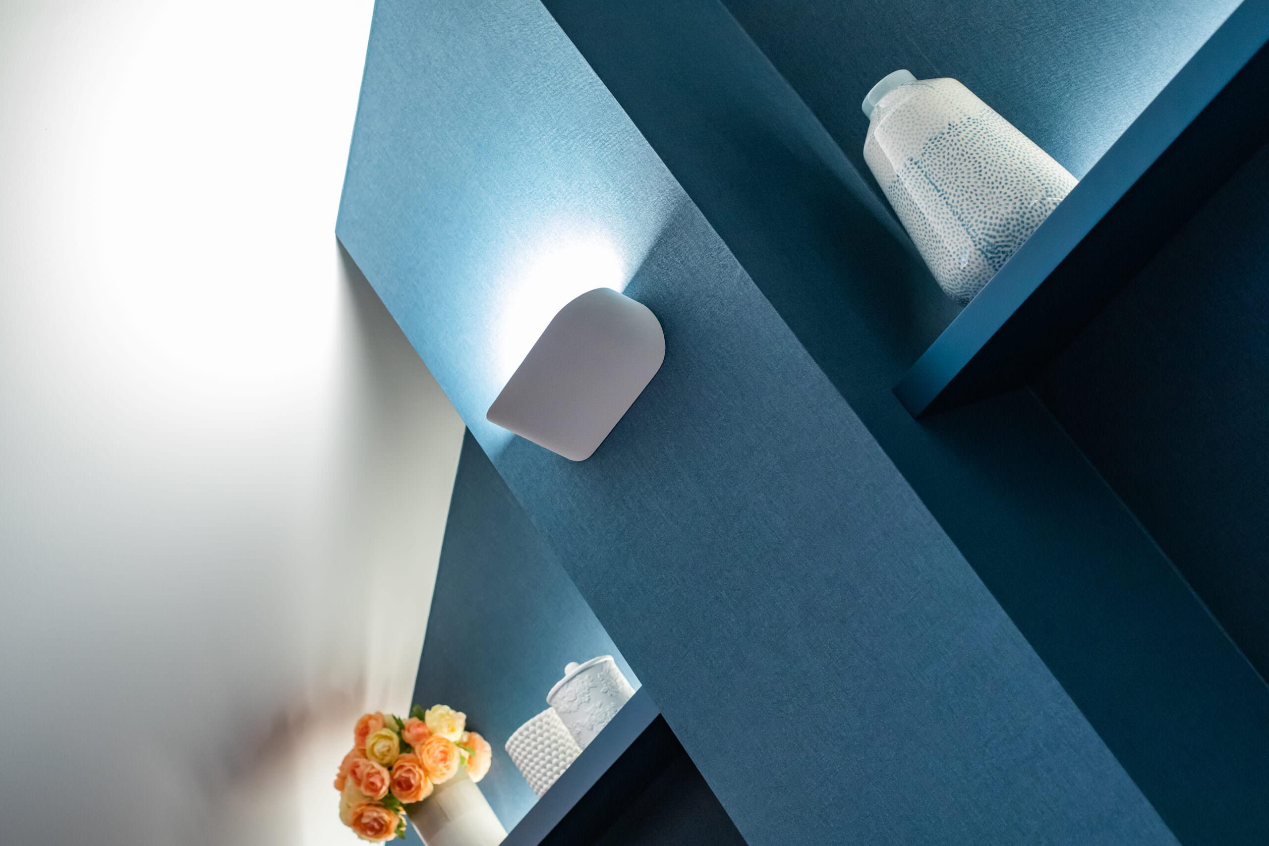 Papel decorativo azul denim que da profundidad al espacio bajo techo
