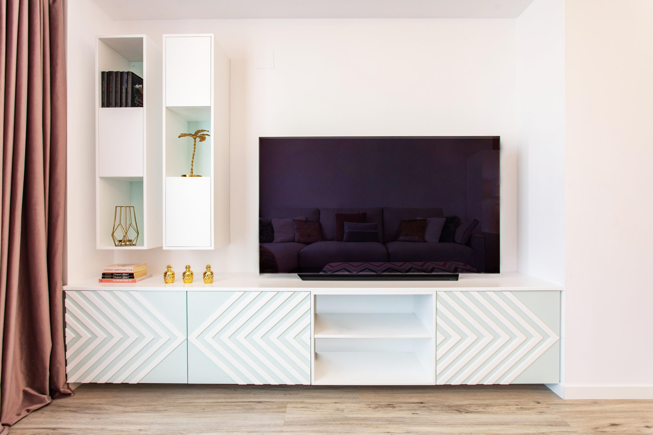 Mueble de televisión con diseño moderno y formas geométricas