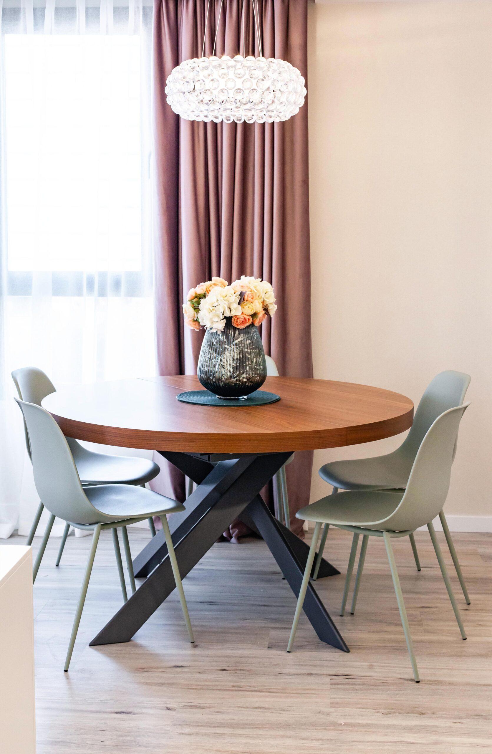 Comedor con muebles en textil gris y cortinas de terciopelo rosa antiguo