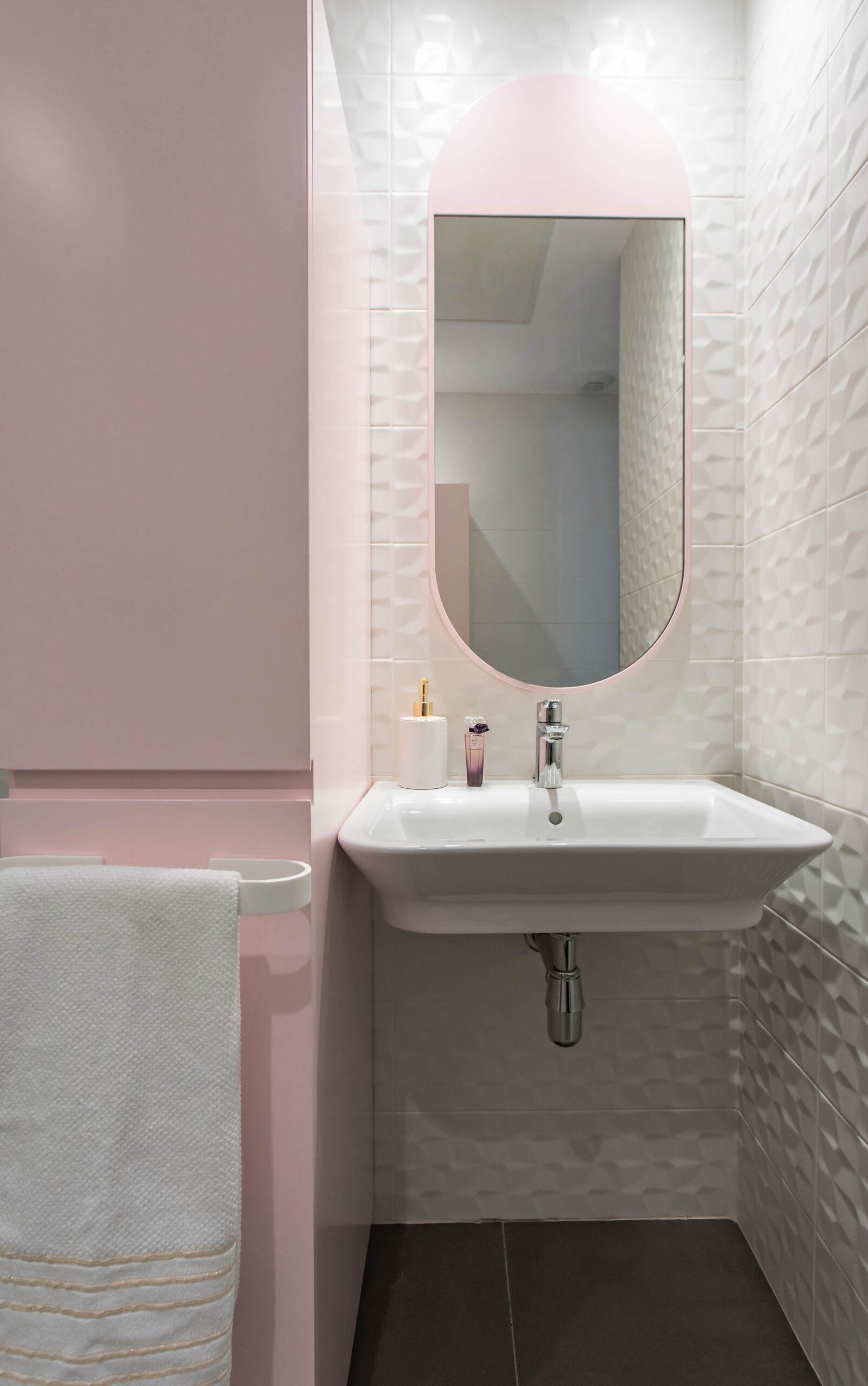 Baño principal en tonos empolvados a juego con el resto de la vivienda